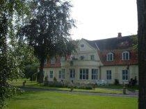 Das Herrenhaus von Pettluis im Sommer